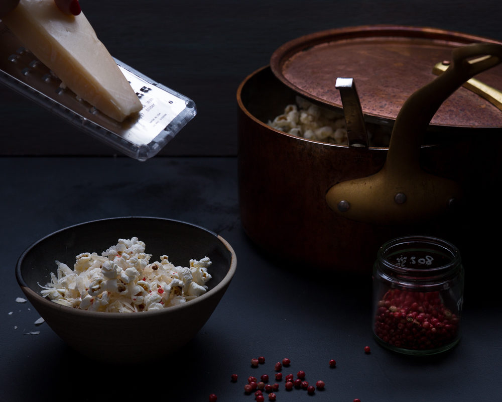 How to cook popcorn with parmesan and pink pepper